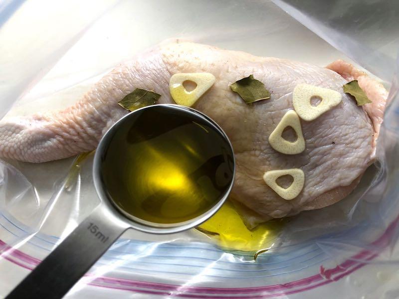 低温調理鶏もも肉のコンフィパックに詰める