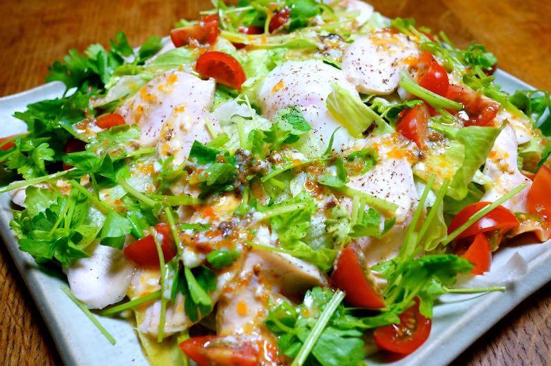 サラダチキンと温泉卵の親子シーザーサラダの作り方完成2