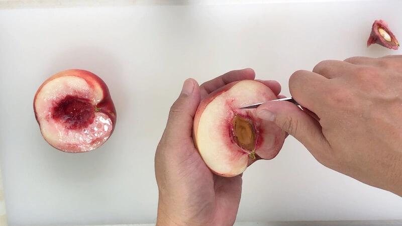 桃の種を抜く