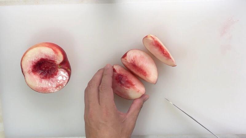 桃を5切れに切る