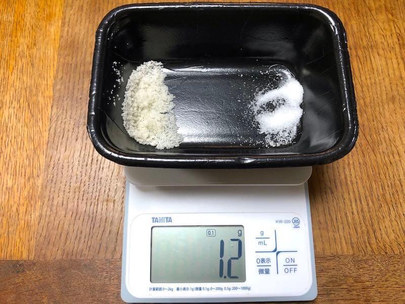 鶏レバーの塩と砂糖を量る