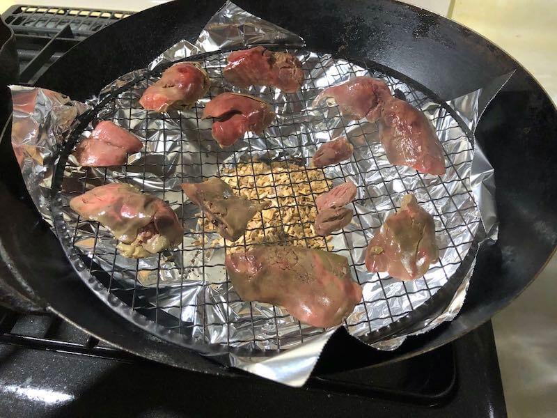 低温調理した鶏レバーをスモークする2