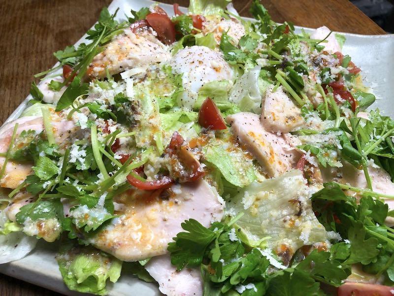 サラダチキンと温泉卵の親子シーザーサラダの作り方完成1
